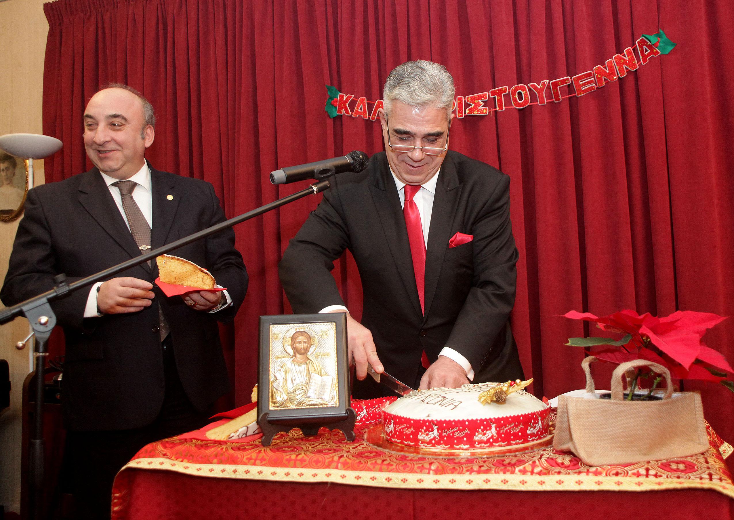 Ο Πρόεδρος του Συλλόγου των Αθηναίων κ. Ελευθέριος Σκιαδάς και ο Γενικός Γραμματέας κ. Εμμανουήλ Καρανίκας κατά την κοπή της Βασιλόπιττας